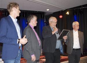 Stipendiet delas ut. Stipendiat Magnus Albien Bergman och ledamoten i Grynkorvsakademien Åke Bonnier samt Gillis Hellberg och Tommy Kroon som representerar Grynkorvens Vänner.