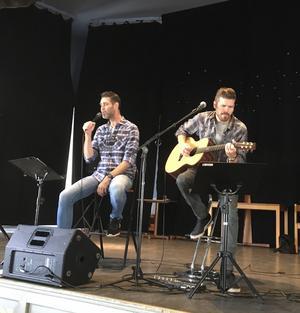 Musikerna Jörgen Åberg, sång, och Hans Johansson, gitarr, levererade en musikalisk rundtur i Hälsingebygden.