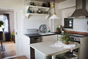 Köket hade rustats av de tidigare ägarna som tog bort vedspisen och ersatte den med en inbyggd eldstad ovanför spisen. Rummet innanför var tidigare matrum men ska göras om till föräldrasovrum.
