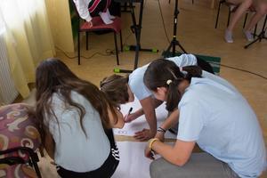 Edith, Saga och Saga skriver upp vilka instrument som ska vara med i en brygga i deras låt.