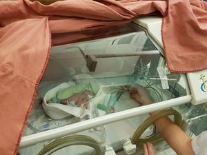 Neo tre dagar gammal i kuvösen på Akademiska sjukhuset i Uppsala.