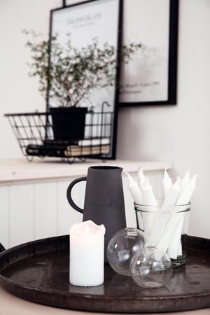 Ett stilleben i keramik, glas och metall pryder det stadiga träbordet. Maria Mattsson gillar att blanda naturmaterial.