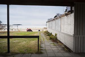 Kommunen håller rent på stranden och på vägen till den men i övrigt är det fastighetsägarens ansvar.