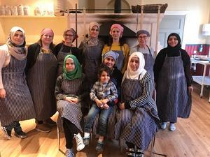 Berättarträff-gänget bakade för glatta livet i den nya bakugnen i Långhed. Vi bakade svenskt tunnbröd denna gång men nästa gång blir det självklart med influenser från deltagarnas hemländer.