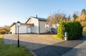Det här huset i Översjäla utanför Örnsköldsvik såldes för 1,8 miljoner kronor. Foto: Mäklarhuset