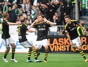AIK jublar efter att Kristoffer Olsson kvitterat på frispark under ett Stockholmsderby mot Hammarby på Tele2 Arena förra säsongen.