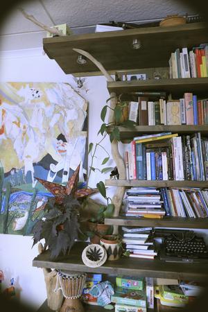 Daniel har monterat ihop bokhyllan med hjälp av drivved från Indalsälven.