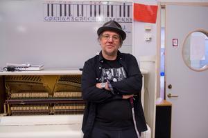 Anders Lund är musiklärare på Bergviksskolan. Han tycker att det är bra att den elektroniska musiken kommer in i läroplanen.