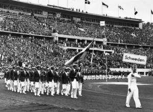 13 augusti 1936. Den svenska truppen marscherar in på Berlins Olympiastadion vid invigningen av de olympiska sommarspelen i Berlin. Fanbärare är Bo Lindman. Arkivfoto: TT