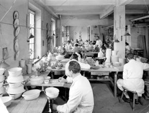Ullas syster jobbade i målarsalen på Gefle Porslinsfabrik. Så här såg salen ut på 1940-talet. Foto: Carl Larsson ateljéer/Länsmuseet Gävleborg