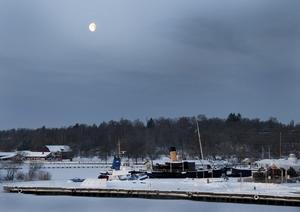 Det ser så kallt ut med månen över Östra Hamnen, isbrytaren Bore kommer nog till pass.