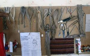 På väggarna i vävstugan hänger lin från olika årgångar.