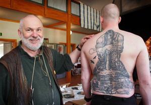 – Det här blev riktigt bra, konstaterade bygdemålaren Bror-Eric Bergqvist när han fick se Robert Valfridssons tatuerade ryggtavla, inspirerad av målningarna.