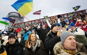 Umgänge över nationsgränserna på skidstadion i Östersund som fylldes av besökare med flaggor, muggar                             och termosar i händerna. Foto: Håkan Luthman