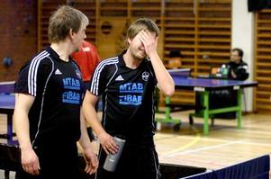 Jimmy Bergström ger goda råd till Johan Toresson som tar sig åt ansiktet sedan han fått uppenbara problem med José Garcia i Ålsta IK.