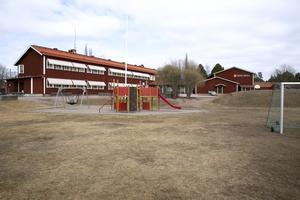 Kommunen lovar att ta hand om skolbyggnaden och den nya multisargen som invigdes förra året.