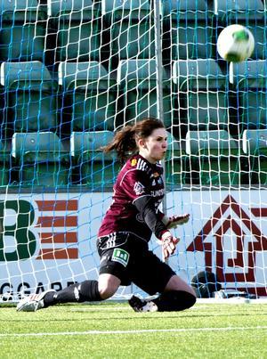 Josefin Halvarsson tog både straffen och den efterföljande returen. Det räddade en poäng åt SDFF.
