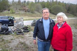 Ösmoborna Ivar Johansson och Marita Sundkvist är några av dem som har reagerat på  det dumpade skräpet.