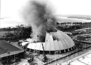 Våren 1989. Z-kupolen brinner ned. Den lilla brand som började i maskinrummet sprider sig snabbt och snart är hela hallen övertänd. Brandkåren är hjälplös. Länets första ishall går upp i rök. Den reservlösning som senare kommer på plats står kvar fram till 2013, då den nya ishallen invigs. Foto: ÖP