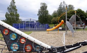 Storåskolans nya multiarena har en lekplats med spännande redsakap som närmaste granne.