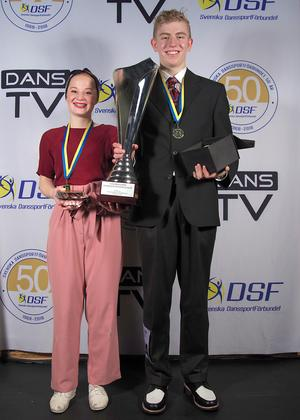 Emma Söderlund och Tobias Ramberg tog guld i juniorklassen i boogie woogie och silver i juniorklassen för bugg.