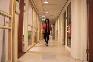 Ulla-Marie Hellenberg vandrar genom kommunstyrelseförvaltningens korridorer i Norrtälje kommunhus.