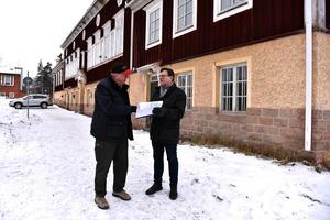 Sven-Olov Åsberg (M) och Nils-Åke Norman (M) går genom den gamla planen där man lämnade utrymme för den gamla skolan när man byggde den nya.