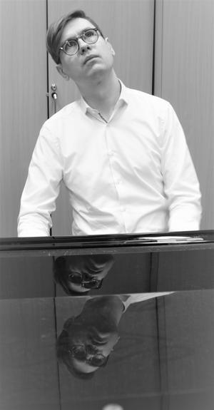 Vikingur Ólafsson, geniförklarad pianist. Bild: Kerstin Monk