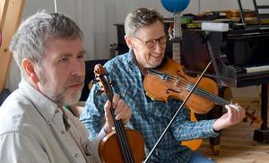 Bertil Fernborg och Einar Sandin hakar på när Gustaf drar igång en ny låt.