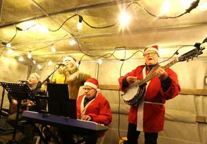 En julgransplundring måste ackompanjeras av en tomteorkester. En sådan fanns på plats  på torget i Askersund.