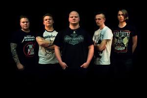 Robin Wikström (bas), Marco Mikkola (trummor), Simon Lindgren (sång), Rasmus Uhlin (leadgitarr) och Tim Gulliksson Lager (kompgitarr) utgör Deathheim. Bild: Alicia Sundin