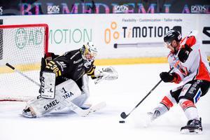 Justin Crandall med målchans på AIK:s Johannes Jönsson. Foto: Dennis Ylikangas / Bildbyrån
