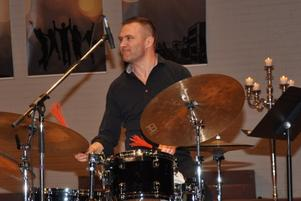 Martin Eklöf vid trummorna. Foto: Bengt Ferm