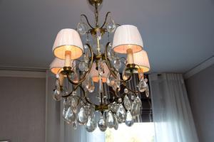 Det finns flera varianter av kristallkronor i villan, den här fick Lottas föräldrar i lysningspresent en gång i tiden. Den har dock fått nya lampskärmar.