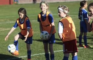 Det fanns utrymme för många skratt och lek när tjejerna i 8-10 årsgruppen tränade.