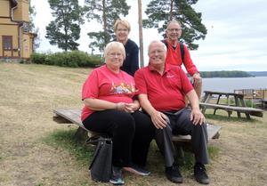 Esther och Alan Denniston, närmast kameran, hade rest från Roseau i Minnesota, USA, för att delta i släkten Bobergs träff på Främby udde i Falun. Bakom dem står arrangörsparet och släktingarna Siv och Lars-Erik Boberg.