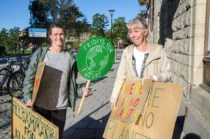 Katarina Strandahl och Cia Hessel förbereder sig för marschen genom Örebro den 27 september.