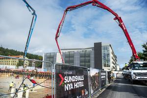 Pumpbilarna arbetar från två håll, cirka 60 lastbilar kommer till bygget med betong under dagen.