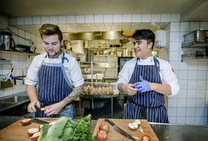 """Mentor och adept. Charlie Svanberg och Linus Litzén """"preppar"""" inför en nytt kvällsskift i Amanos kök, där Linus praktiserar. Den lilla tid de får över ägnar de åt förberedelser inför resan till Indien i februari."""