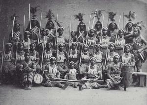 En grupp amasoner från Dahomey tillsammans med manliga krigare på besök i Paris 1891. Foto: Okänd