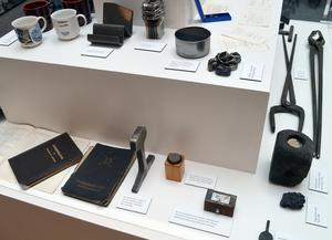En monter på utställningen är fylld av minnesvärda ting från förr och nu.