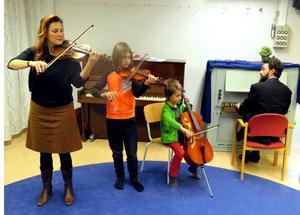 Ett uppskattat musikinslag vid nyårscafét på Kyrkkällan svarade den här kvartetten för, Miguel 8 år, Angelo 10 år samt  Annika Östman och Marco Fonseca. Foto Uno Gradin