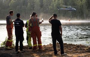 Helikoptern fyller på med mer vatten.