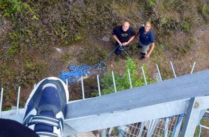 Conny Axelsson  och Rune Björk föredrar att hålla sig på marken, men har högtflygande planer för Radio Gagnef.