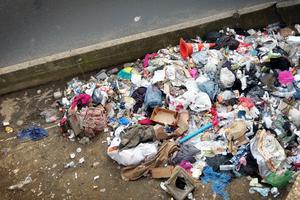 Vid Porte de la Chapelle ligger sopor utspridda överallt.