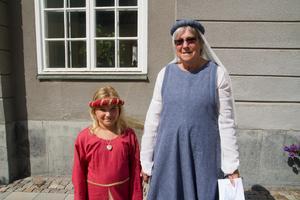 Asta Carlsson och mormor Agneta Södermalm har bytt om till medeltidskläder och går längst gatorna och kollar på vad Arboga har att erbjuda under årets medeltidsdagar.