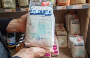 - Havssalt är ett bra första steg att leva hälsosammare. Det innehåller mineraler som kroppen behöver. Annat salt i butik är exempelvis torkat på elektrisk väg, säger Lola.