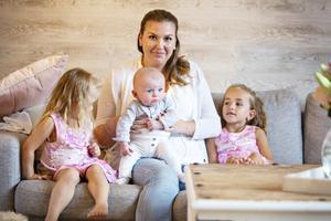 Fanny Jansson konstaterar att det inte spelar någon roll att han haft kolik i tre månader. Euforin över att äntligen ha blivit mamma sitter fortfarande i och överskyggar allt jobbigt.