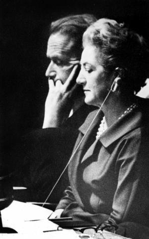 Sveriges ständige FN-delegat Agda Rössel presiderade temporärt i generalförsamlingen när den extra sessionen om Kongo inleddes 1960. Här ses hon på podiet tillsammans med generalsekreterare Dag Hammarskjöld.Foto: Okänd / TT