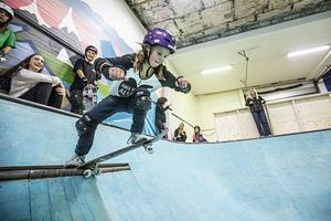 Adina Rydehn, 10 år, har hunnit besöka den nya skateboardhallen omkring tio gånger. Bäst gillar hon att droppa. Tipset för att lyckas med det lyder så här: